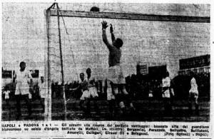 1932-33. Napoli-Padova 1-1. Il portiere Amoretti blocca un angolo battuto da Maffioli